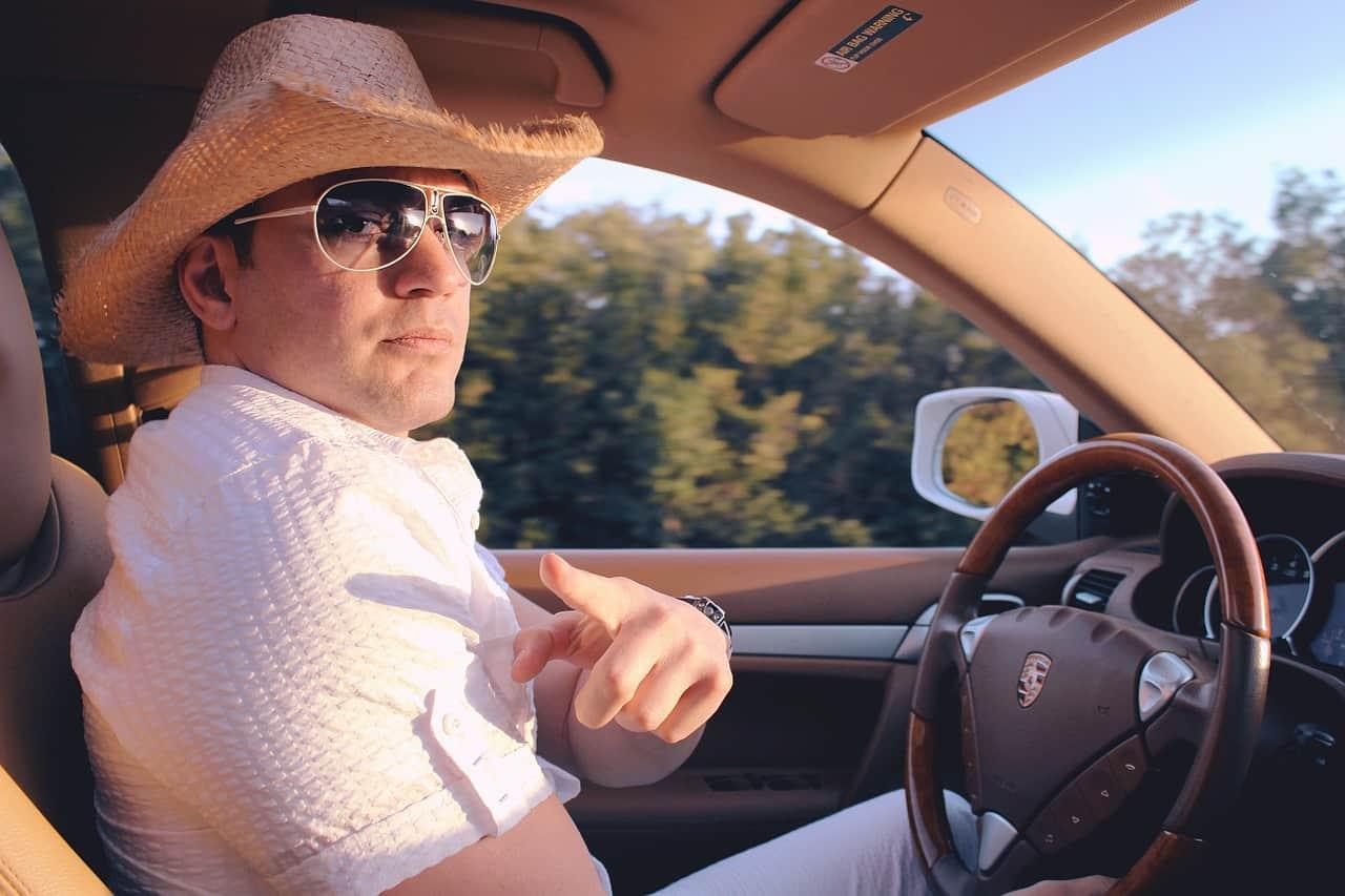 Mit NEM csinálhat a sofőr vezetés közben?