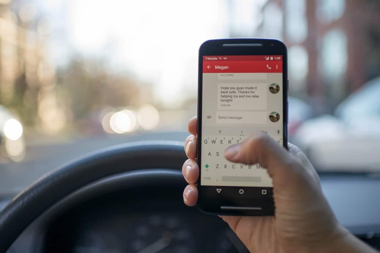 Mobiltelefon használat vezetés közben