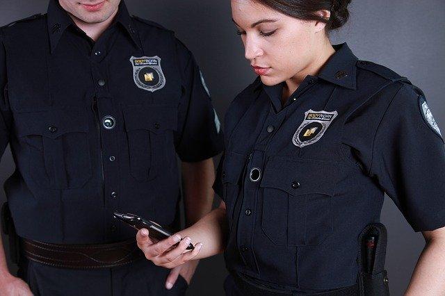 Rendőrök az iskolában, avagy mit tehet meg az iskolaőr?